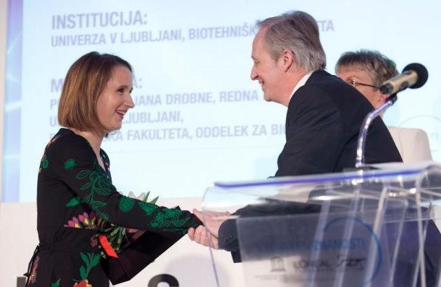 """podelitev štipendije L'Oreal - UNESCO """"Za ženske v znanosti"""" 2013 Živi Pipan Tkalec (foto via FB Ženske v znanosti)"""