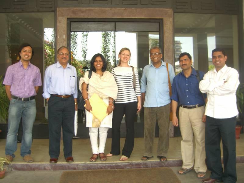 Metka Herzog obkrožena z indijskimi raziskovalnimi kolegi. (foto: osebni arhiv MH)