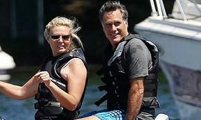 Republikanski predsedniški kandidat Mitt Romney s soprogo Ann med vožnjo z vodnim skuterjem po jezeru Winnipesaukee v New Hampshireu (foto Charles Dharapak/AP via HuffPost)
