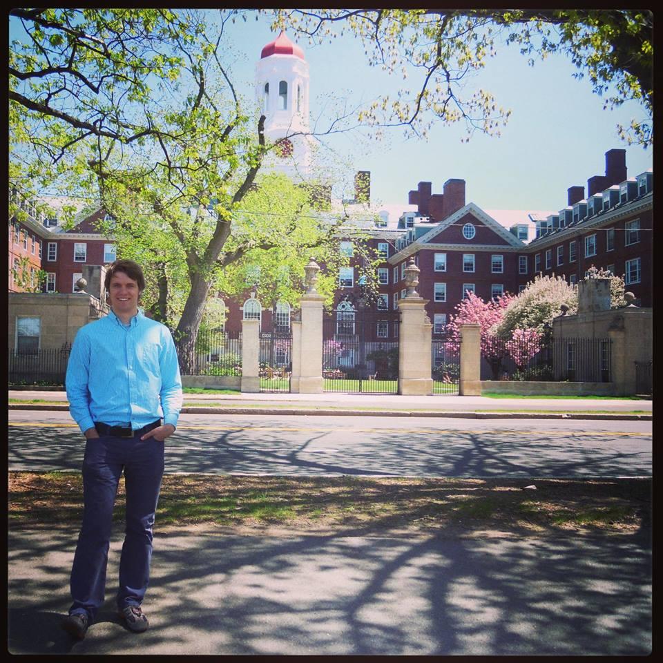 Pred eno izmed dodiplomskih studentskih domov na Harvardu