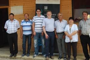 Dr. Miran Komac (na sredini) med romskimi svetniki in romsko svetnico (foto: osebni arhiv MK)