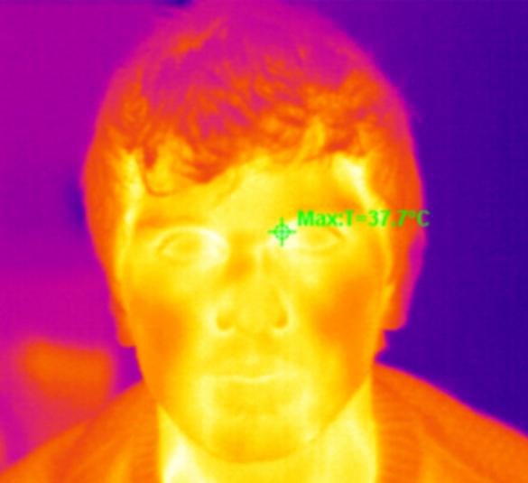 Selfie Jake Ogorevca s termovizijsko kamero. Kot pojasni v pogovoru, ta metoda merjenja telesne temperature ni najbolj točna. Najbolj optimalne rezultate daje pri merjenju v očesnem kotu (zelen križec na spodnji sliki).