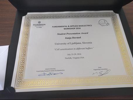 Priznanje za najboljšo študentsko predstavitev. Vir: JD.
