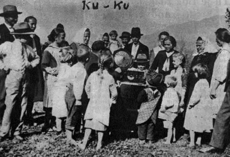 Na kmetih je zbrano v nedeljah popoldne okrog radija staro in mlado, zlasti kadar oddaja narodne pesmi, lahko glasbo itd. Ilustrirani Slovenec, 22. november 1931