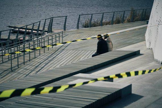 par sedi na leseni ploščadi ob vodi