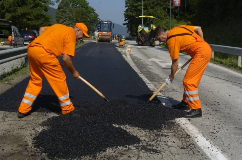 Borut Pahor s cestarji popravlja in asfaltira ceste na Koroškem (foto: Facebook stran predsednika Boruta Pahorja)