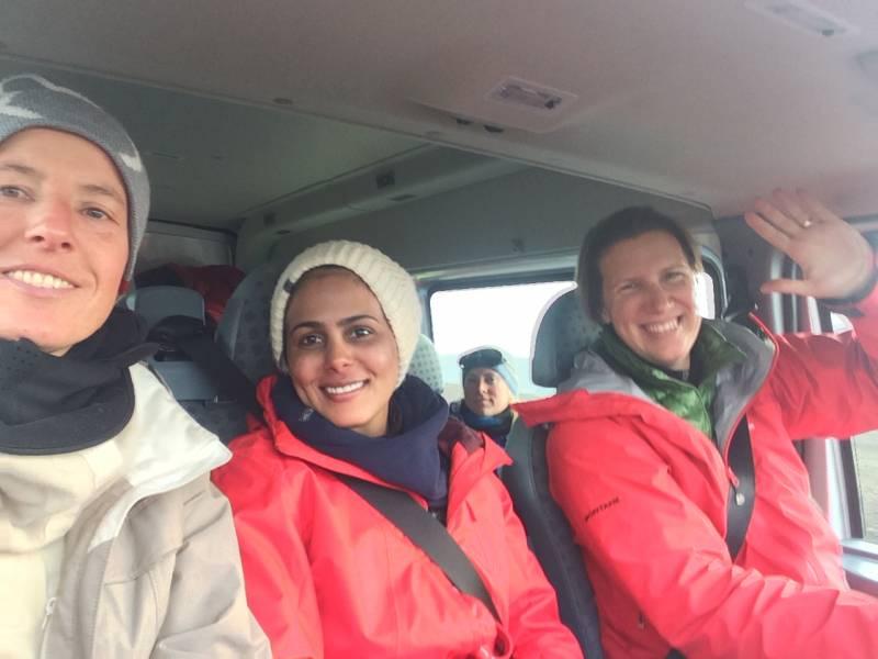 Na poti iz ledenika v dolino, skupaj z Asmo (Katar) in Felicity za volanom.