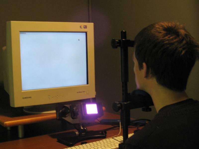Avtor PHoDcasta v ekperimentalni čumnati v kleti filofaksa. (foto: MS)