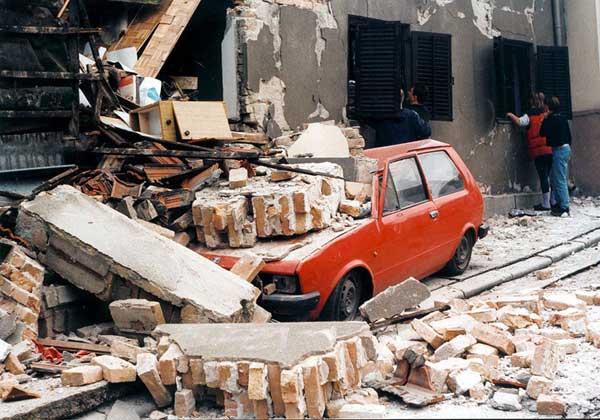 Ulica v Beogradu med bombardiranjem NATO-a (foto: via Wikipedia)