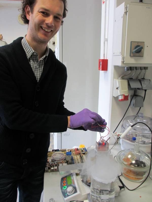 Rok Rudež med prikazom delovanja termoelektričnega mikrogeneratorja. (foto: Luka Ausec)