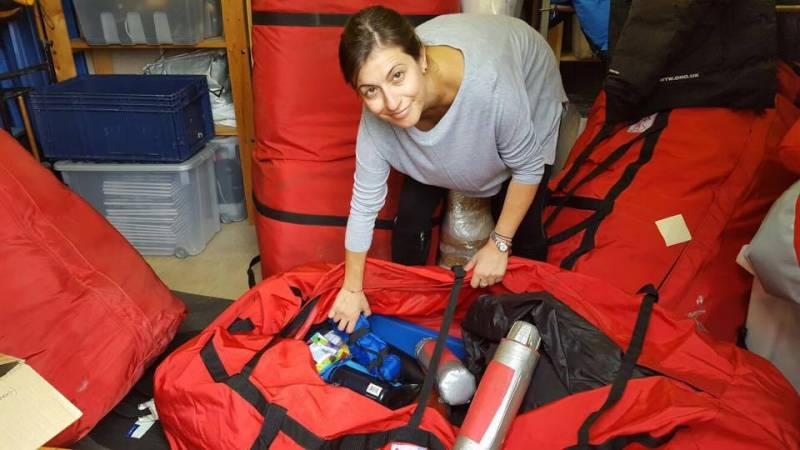 Članica ekipe Steph pakira opremo za kampiranje na Islandiji (foto: Stephanie Solomonides)