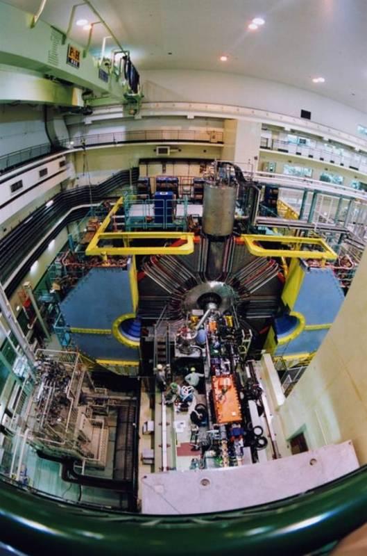 Detektor Belle na Japonskem. Za občutek o velikosti lahko poiščete vse ljudi na fotografiji. (foto: KEK)