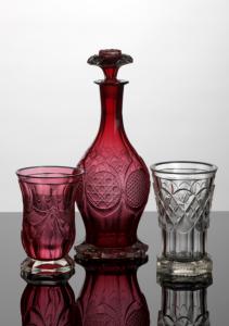 Kozarec iz rubinskega stekla, karafa in brušen kozarec iz steklarne v Glažuti, sredina 19. Stoletja, hrani Narodni muzej Slovenije, foto Tomaž Lauko, arhiv Pokrajinskega muzeja Kočevje