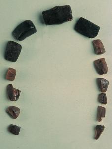 Jagode jantarne ogrlice iz prazgodovinskega depoja Debeli vrh nad Predgradom, 12. – 11. stol. pr. n. št., foto Srečo Habič, arhiv Pokrajinskega muzeja Kočevje