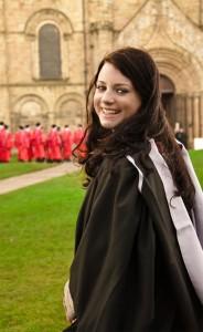 Pina Sadar na podelitvi magisterija na Univerzi v Durhamu. (foto: osebni arhiv)