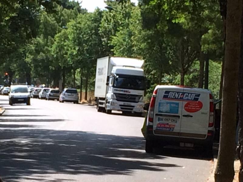 Na obrobju Bolonjskega gozda, v avtomobilu z napisom Rent-a Car redno dežurata dve gospe. (foto: NB)