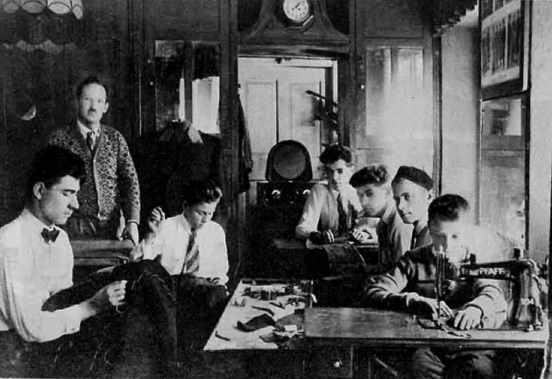 Radio je najboljši prijatelj vsake obrtne delavnice, zgornja slika nam kaže krojaški atelje g. Žnidarja iz Ljubljane. Ilustrirani Slovenec, 22. november 1931