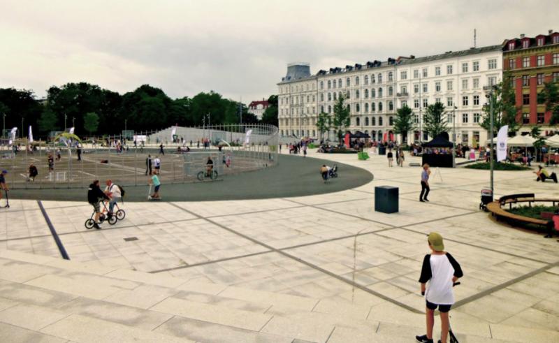 Trg Israel Plads: šolsko dvorišče in javni trg v enem. Mesto Kopenhagen prepoveduje postavitev ograj okrog šolskih igrišč ali kjerkoli drugje v javnem prostoru. Israel Plads